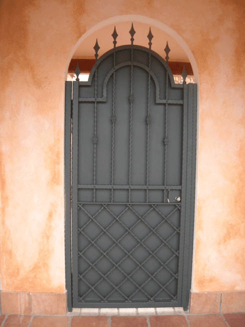 porta in ferro con decorazioni