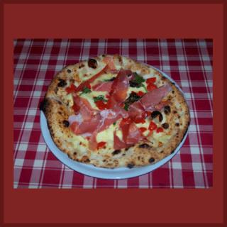 Pizza con crudo bufala e pomodorini