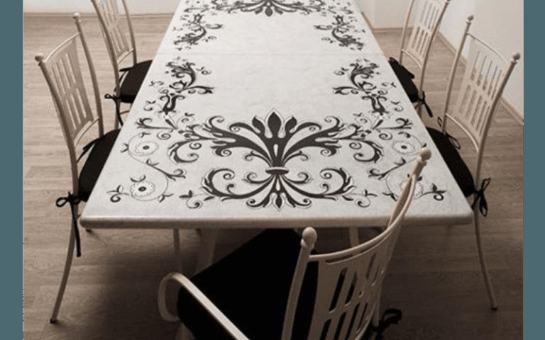 tavolo da campeggio bianco con decorazione