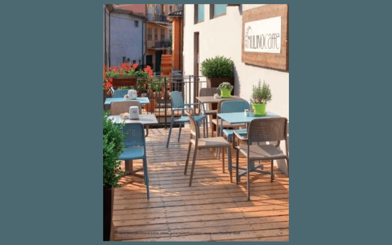 parquet in legno con tavolini bianchi e blu