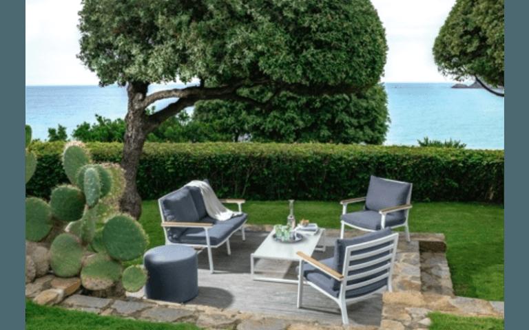 tavolino, sedie e divano a due posti per giardino