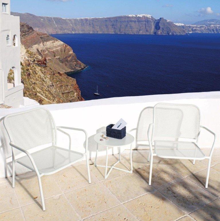 sedie bianche su una terrazza