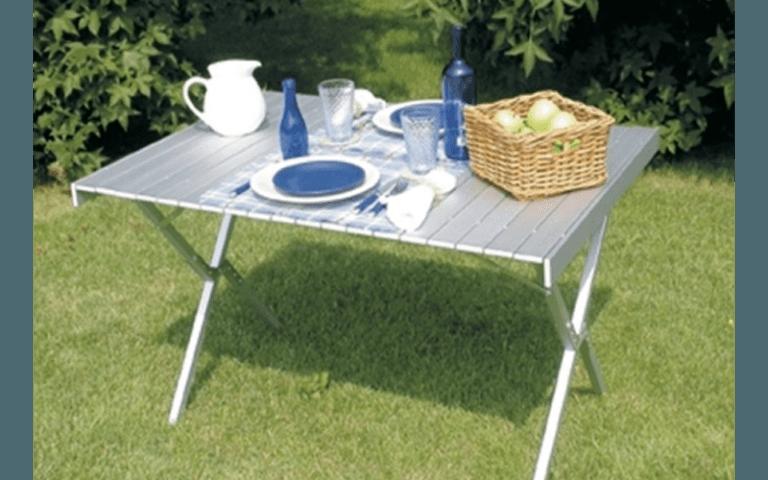 tavolo pieghevole con piatti e posate