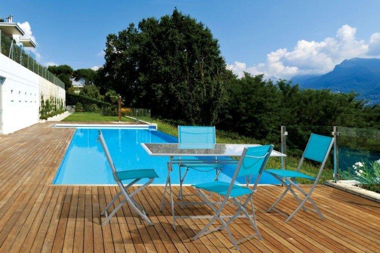 sedie blu per giardino