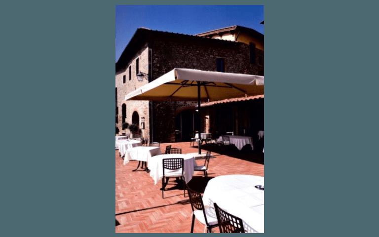 esterno di un ristorante con tavoli e sedie