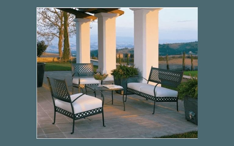 Poltroncine e divano in ferro battuto per uso esterno