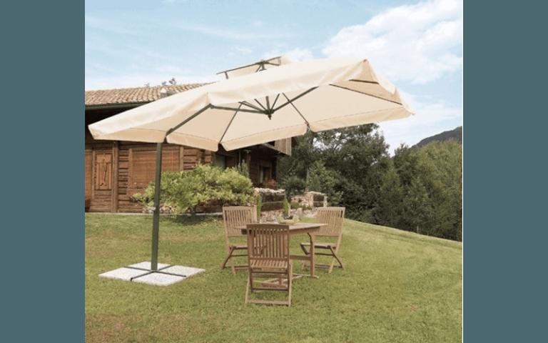 Tavolo da pranzo e sedie in legno sotto un parasole