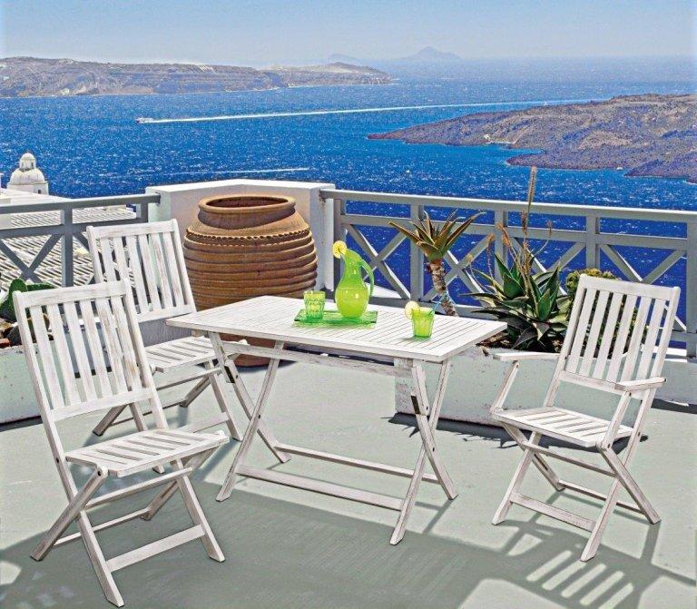 tavolino e sedie bianche su una terrazza