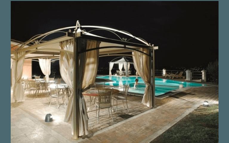 gazebo con tende a bordo piscina