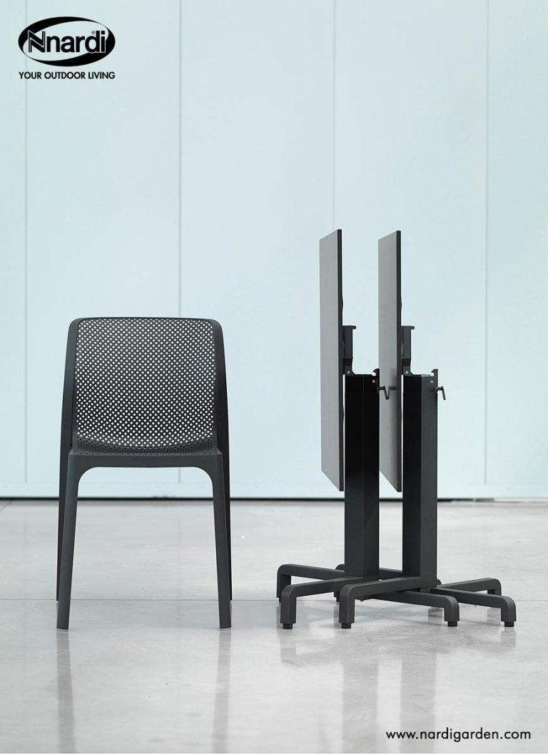 sedia nera e tavolino pieghevole con rotelle