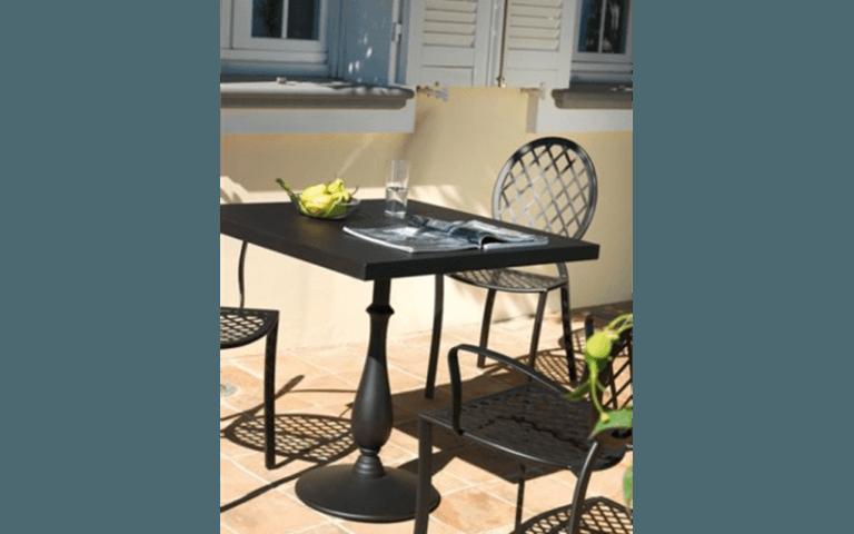 tavolino quadrato nero per spazi aperti