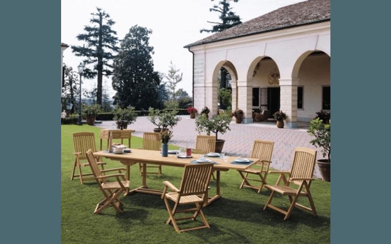 Zona pranzo con finiture in legno all'esterno di una villa