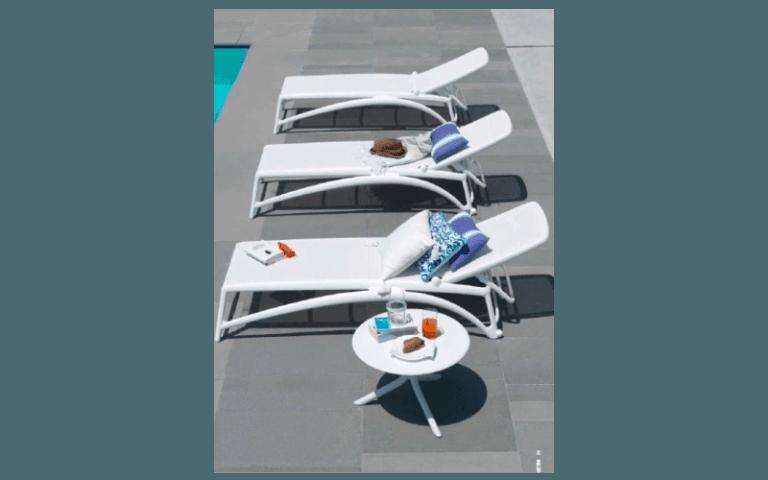 sdraio bianche al bordo di una piscina