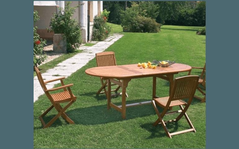 tavolo e sedie in legno in un giardino