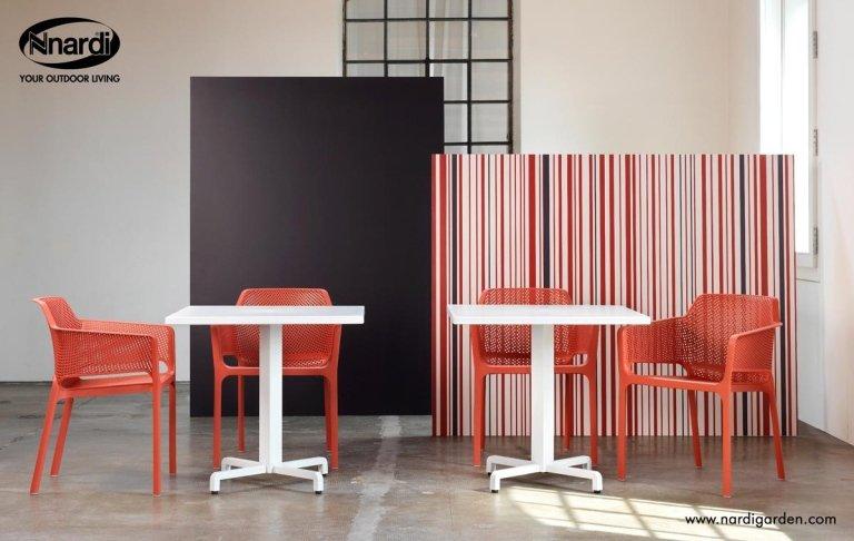 tavolini bianchi con sedie rosse