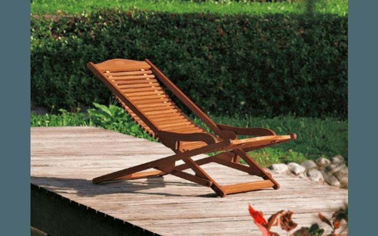 lettino reclinabile in legno per campeggio