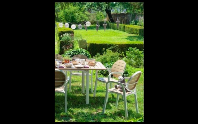 giardino con tavolino in legno