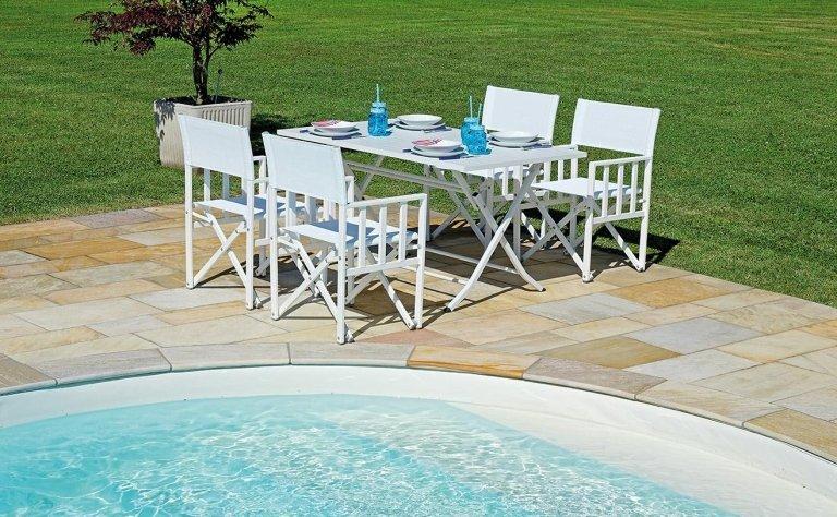 tavolino bianco con sedie a bordo piscina