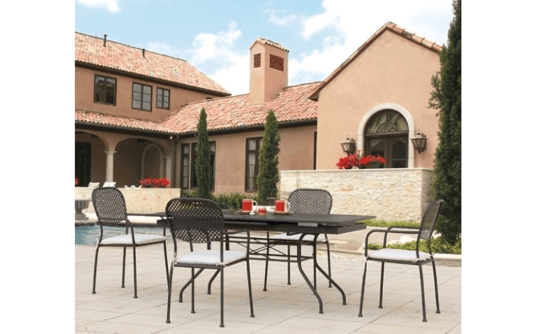 villa con tavoli e sedie nere