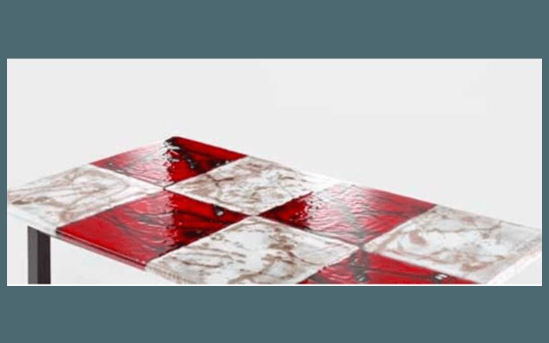 particolare di un tavolo con finiture rosse