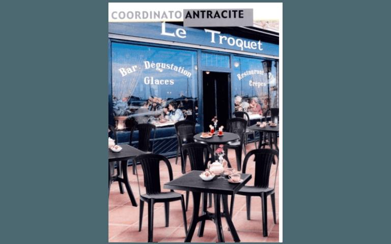 tavolini e sedie all'esterno di un bar