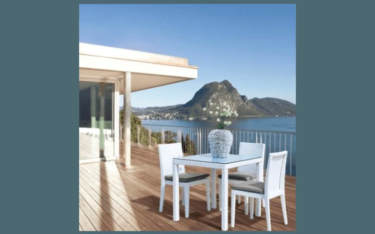 tavolino quadrato su una terrazza