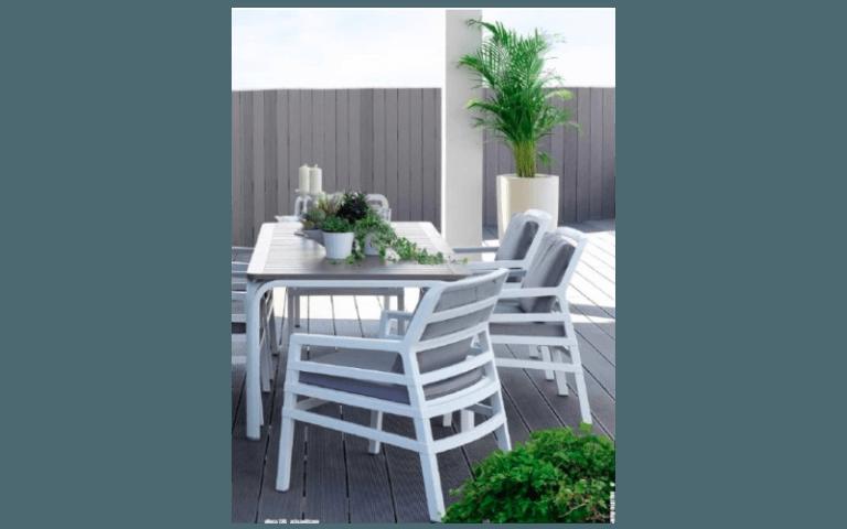 tavolo in legno con sedie moderne per uso esterno