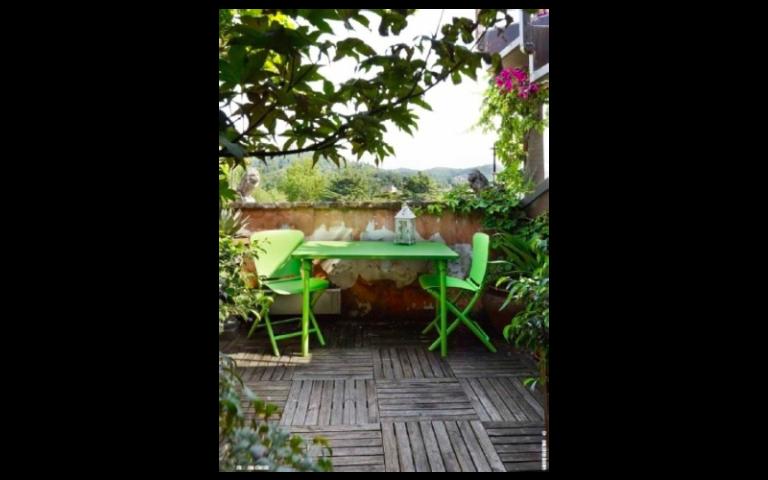 tavolino e sedie verdi per esterni