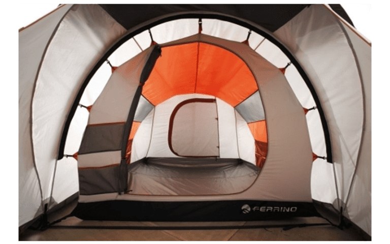 interno di una tenda da campeggio