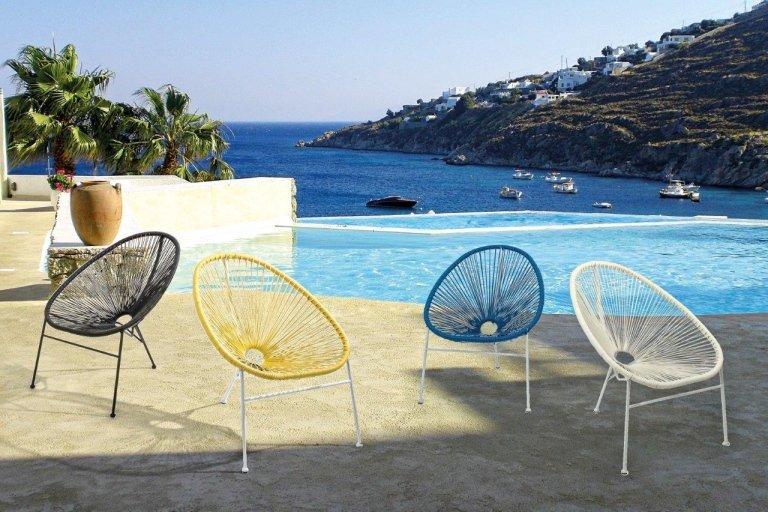 sedie moderne di diverse finiture a bordo piscina
