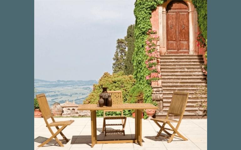 tavolo e sedie in legno su una terraza