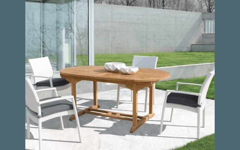 tavolo su misura in legno con sedie bianche