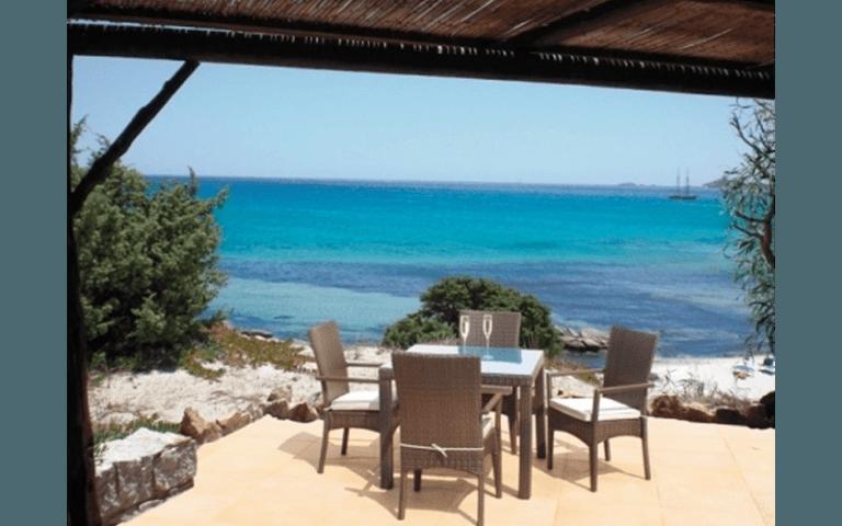 tavolo con sedie in riva al mare