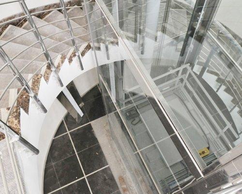 Vista ascensore con vetrata