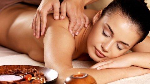 donna durante un massaggio rilassante