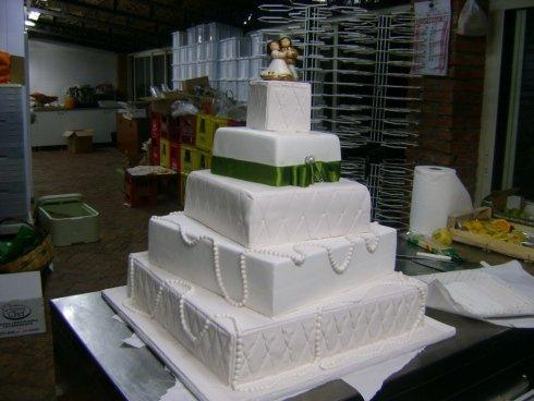 torta matrimonio con nastro in raso verde