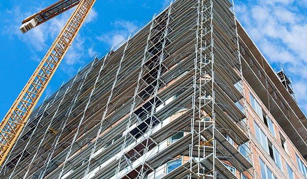 Fase di ristrutturazione, posa di infissi in provincia di Torino