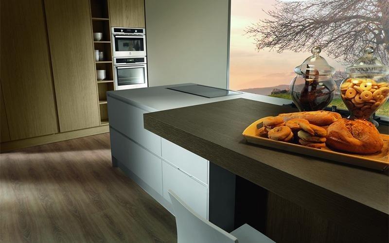 cucina con tavolo in legno