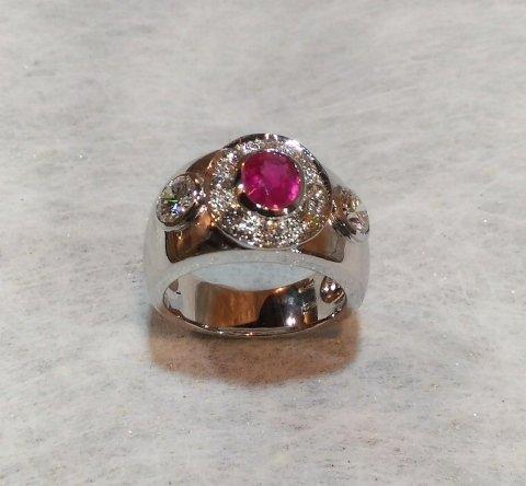 Anello oro bianco con rubino e diamanti