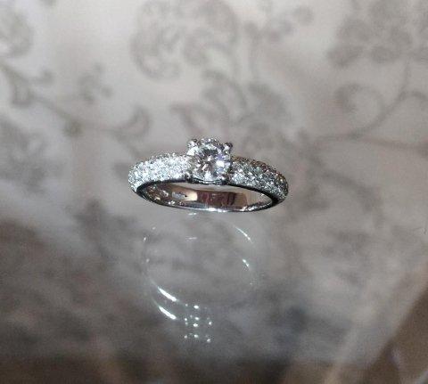 Anello pavé e diamante centrale