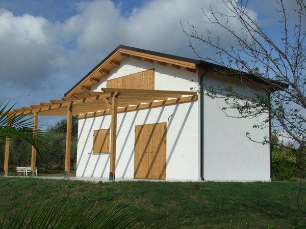 casa in legno di colore bianco