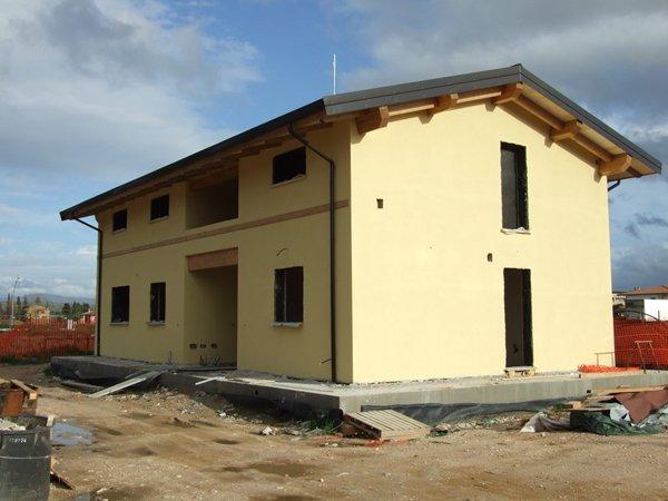 vista angolare di una casa con pareti gialle