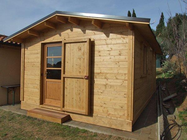 casa in legno con porta aperta
