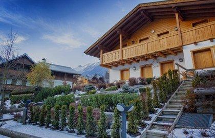 casa in legno a Monte Scudaio tre quarti sinistro esterno giorno