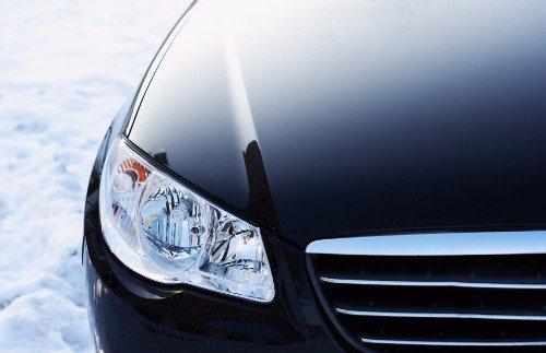 il fanale di una macchina nera