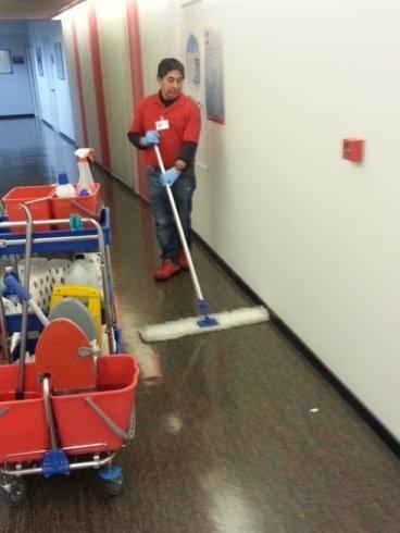 Operaio della AFEG pulisce il pavimento a Saronno, VA