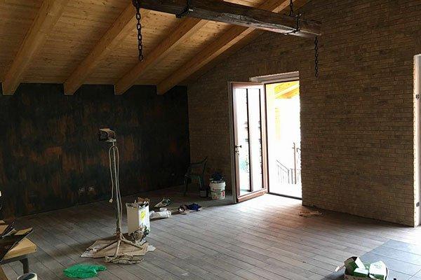 una stanza con un sottotetto in legno e degli attrezzi da lavoro