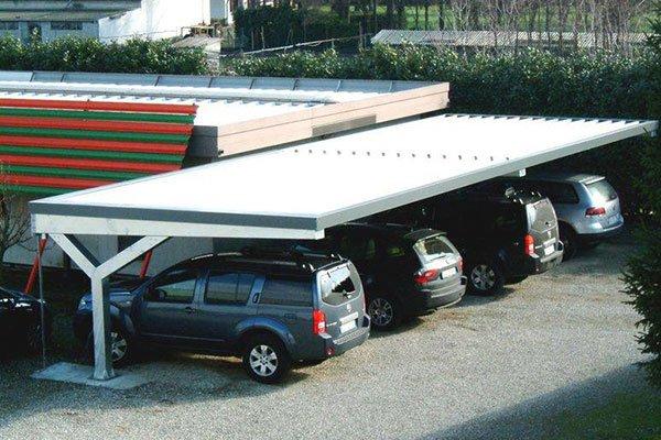 macchine parcheggiate sotto una tettoia