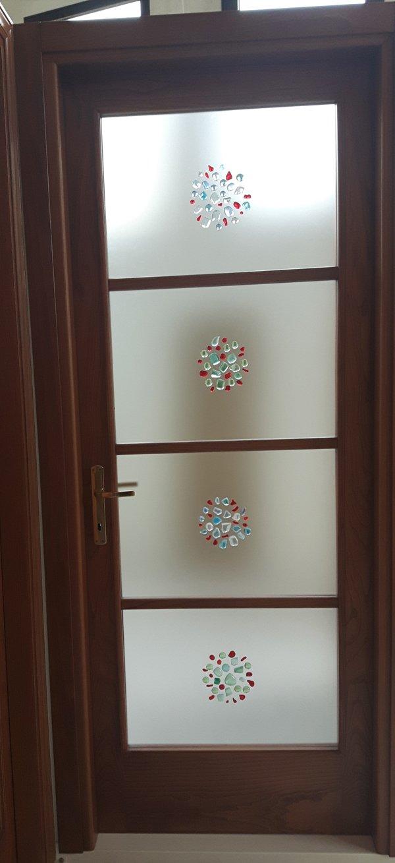 porta marrone con decorazioni