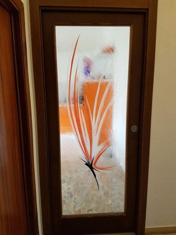 porta con disegno in vetro soffiato di una farfalla